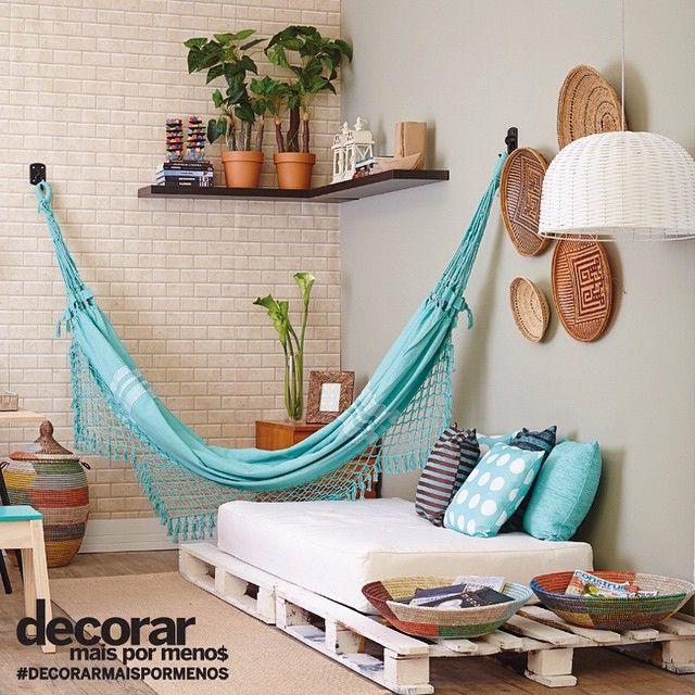 Sala decorada com rede de descanso
